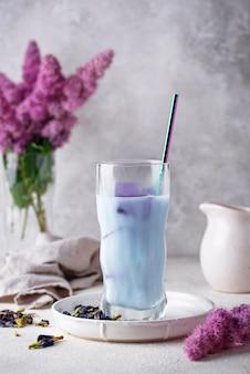 De blauwe thee van de vlindererwt met melk