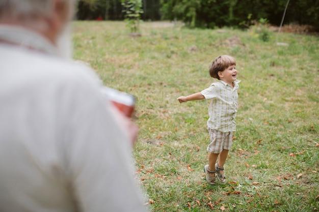 De blije kleinzoon stelt voor foto