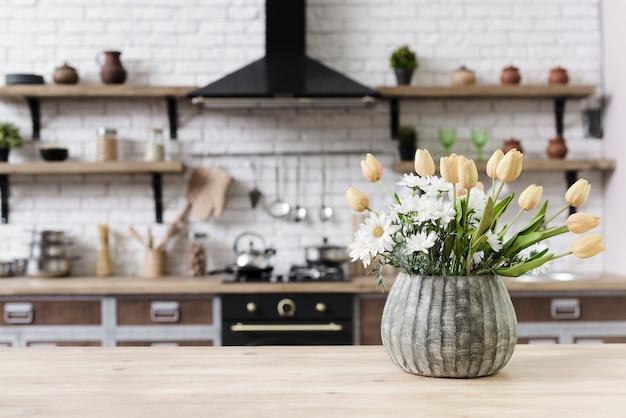 De bloemdecoratie van de close-up op tafelblad in moderne keuken