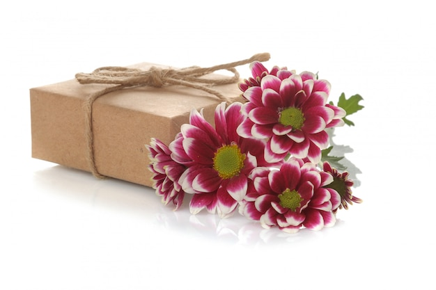 De bloemen en de giften van de de herfstchrysant in kraftpapier-document op geïsoleerd wit