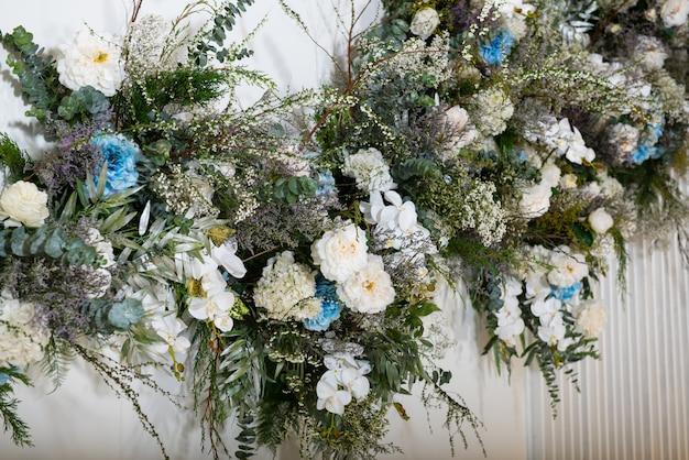 De bloemen zijn op de achtergrond gedecoreerd.