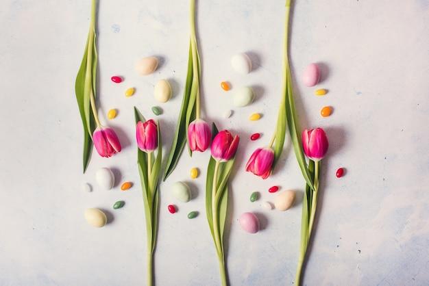 De bloemenachtergrond van pasen met tulpen en eieren, soncept van pasen en van de lente, creatieve lay-out