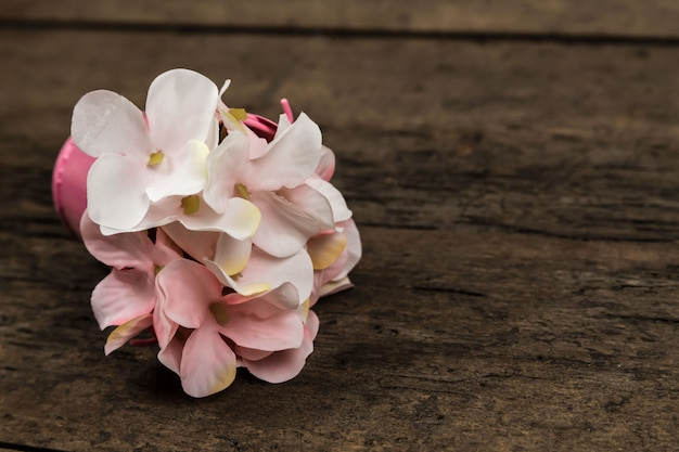 De bloemenboeket van de pastelkleur roze hydrangea hortensia op houten met copyspace voor tekst