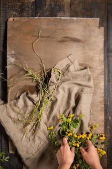 De bloemistendesktop met werkinstrumenten en linten