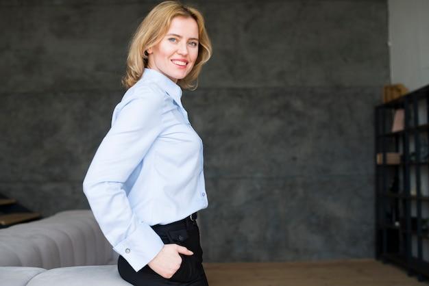 De blonde bedrijfsvrouwenholding dient zak in