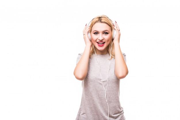 De blondevrouw luistert aan muziek bij hoofdtelefoons het genieten van