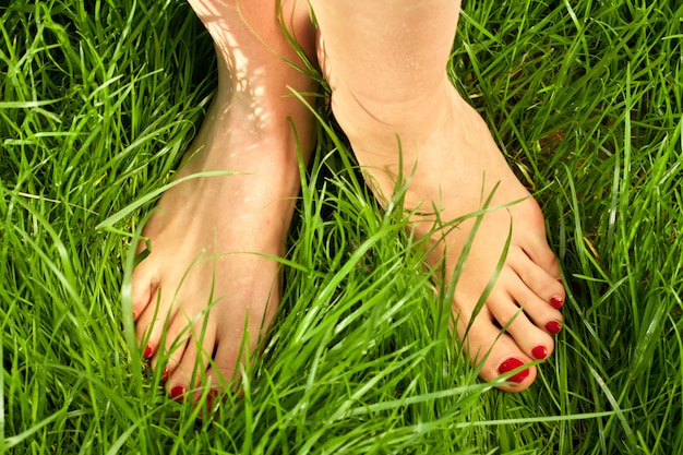 De blote voeten van de vrouw