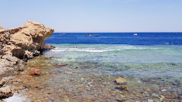 De blue hole is een populaire duikplek in de oost-sinaï. zonnig strandresort aan de rode zee in dahab. een bekende toeristische bestemming in de buurt van sharm el sheikh. felle zonneschijn.