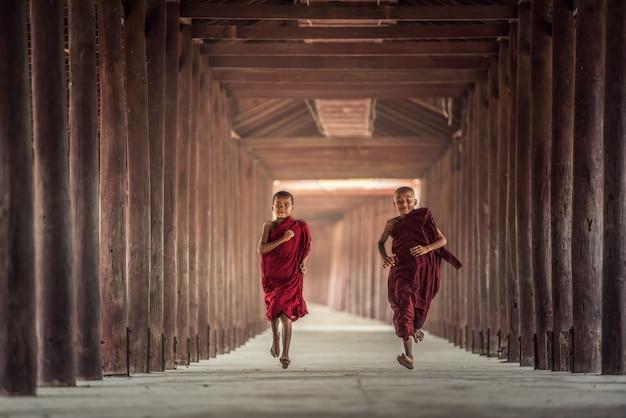 De boeddhistische beginner loopt in tempel, myanmar