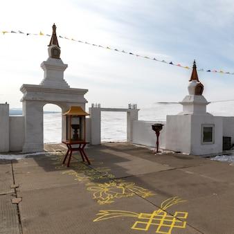 De boeddhistische bidden van verlichting in de winter in zonnige dag op ogoy island, baikal lake, rusland