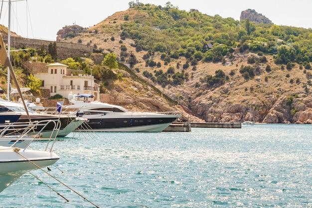De boeg van de boot op het water bij de pier, het concept van reizen en vrije tijd