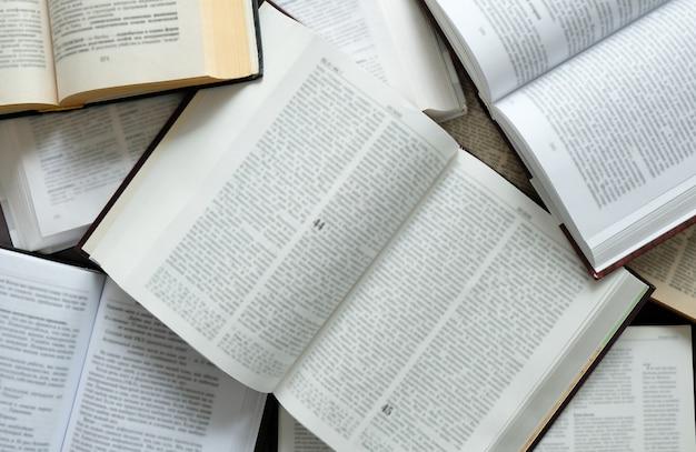 De boeken op de tafel. veel open boeken op tafel. lees thuis. quarantaineklassen.