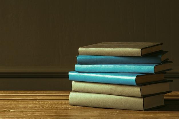 De boeken sluiten omhoog op oude houten lijst