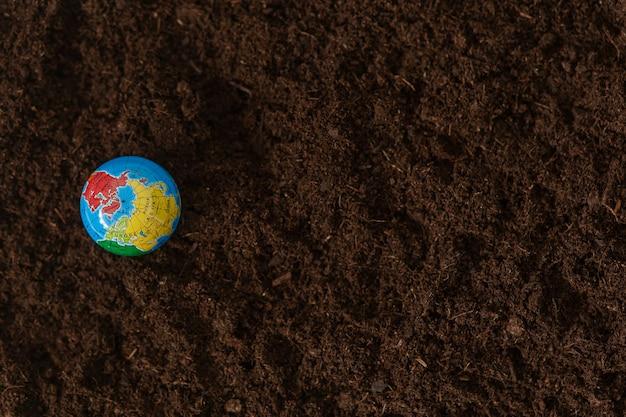 De bol ligt op de grond. dag van de aarde. planeet aarde. Premium Foto