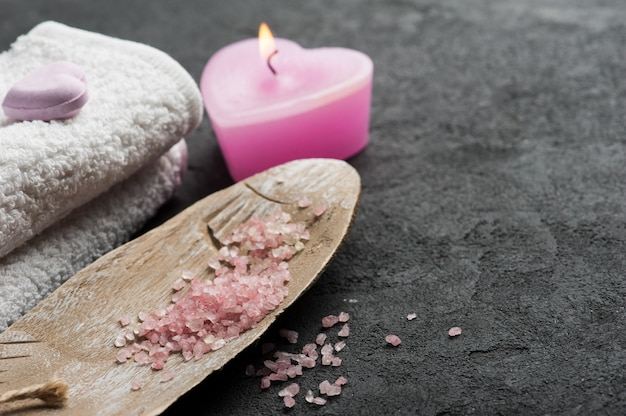 De bomclose-up van het bad met roze aangestoken kaars