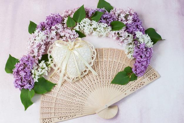 De boog van lila, hart van kant en waaier