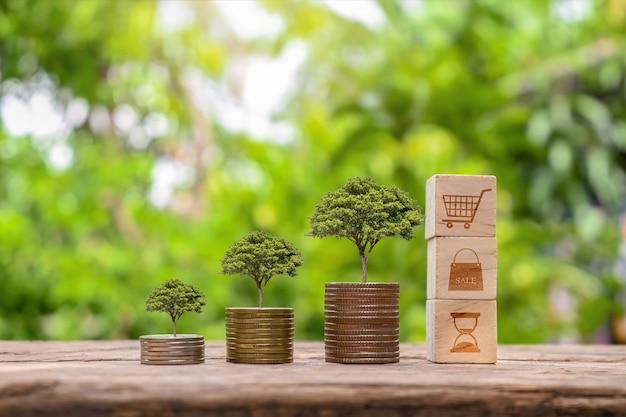 De boom groeit op een stapel geld op een houten tafel en een natuurlijke achtergrond, concept van financiële investeringen en economische expansie.