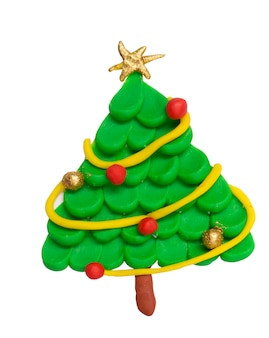 De boom van plasticinekerstmis met ster op witte achtergrond wordt geïsoleerd die. gouden en rode kerst bal. kunstwerken voor kinderen.