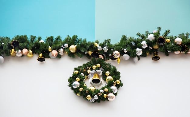 De boomdecoratie van christmast op pastelkleur groenachtig blauwe achtergrond