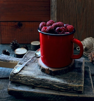 De boomplattelander van de bessenframboos rode mok