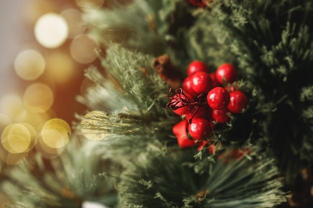 De boomtak van de kerstmispijnboom met decoratie sluit omhoog