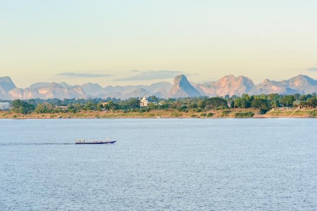 De boot in mekong rivier nakhonphanom thailand naar lao