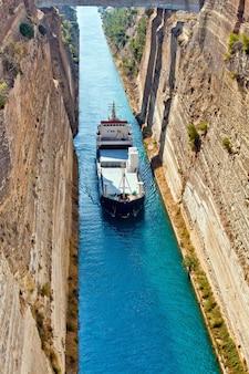 De boot steekt het kanaal van korinthe over in griekenland, nabij athene
