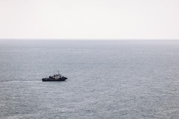 De boot vaart op de bewolkte dag van de zee