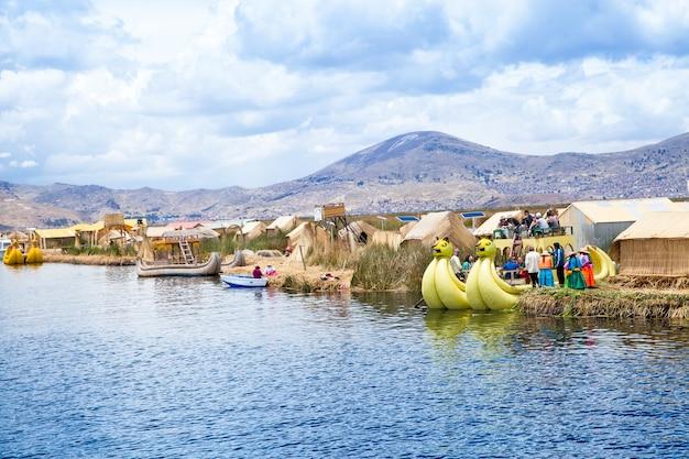De boot van totora op het titicacameer in de buurt van puno, peru