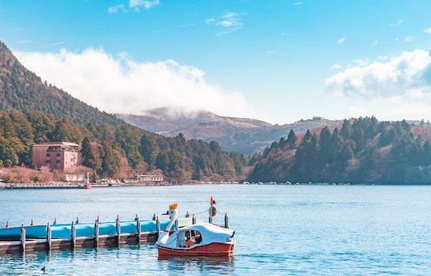 De bootpijler van ashi lake in hakone japan