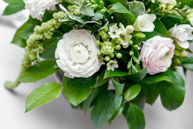De boquet van bloemen op ingerichte tafel