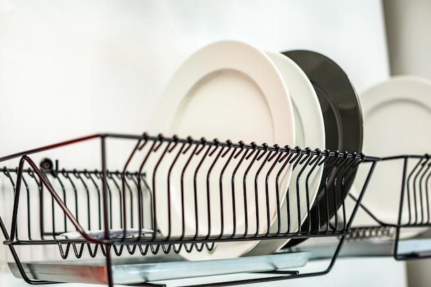 De borden liggen op de afdruipplaat, de keuken, het concept van zuiverheid
