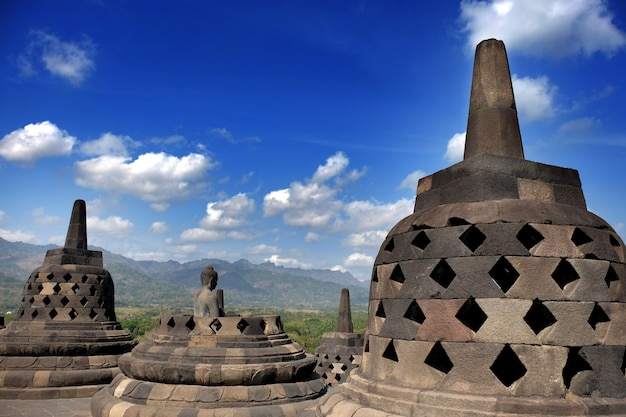 De borobudur boeddhistische tempel, grote religieuze architectuur in magelang, midden-java, indonesië.