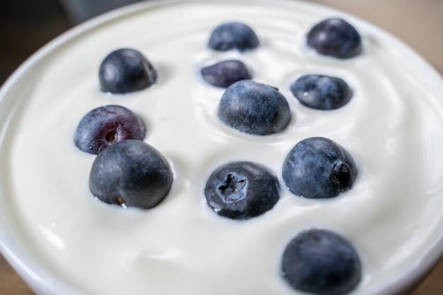 De bosbessen in organische yoghurt, sluiten omhoog foto