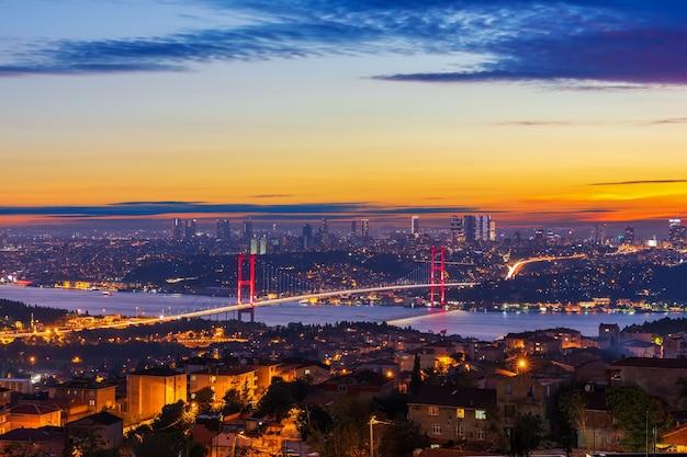 De bosporus-brug en de skyline van istanbul bij zonsondergang