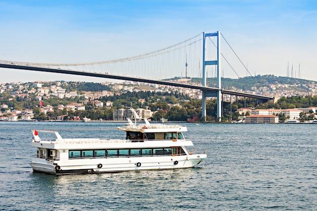 De bosporus-brug is een van de twee hangbruggen die de bosporus-straat overspannen, waardoor europa en azië, istanbul, met elkaar worden verbonden