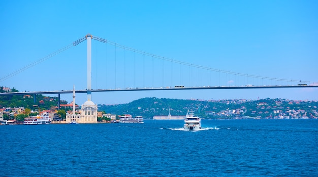 De bosporusbrug (15 juli martelarenbrug) in istanbul, turkije