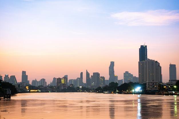 De bouw en de wolkenkrabberstad van bangkok.