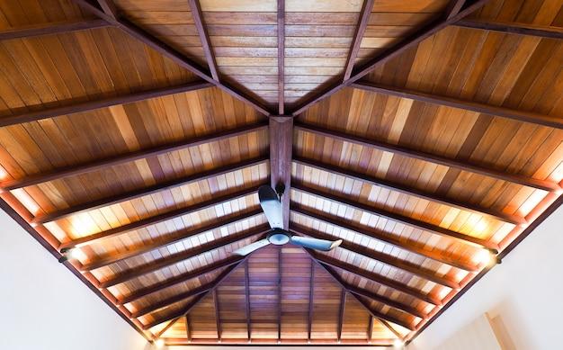 De bouw van bouw het huisdak met houten structuur en heeft plafond