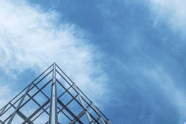 De bouw van gebouwen met staalstructuur op hemelachtergrond.