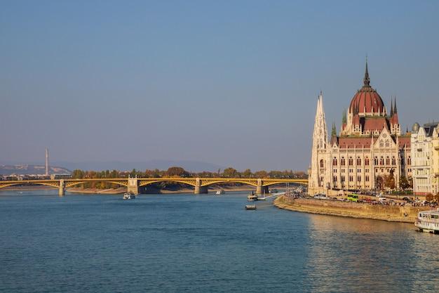 De bouw van het hongaarse parlement in boedapest, hoofdstad van hongarije, door de rivier van donau