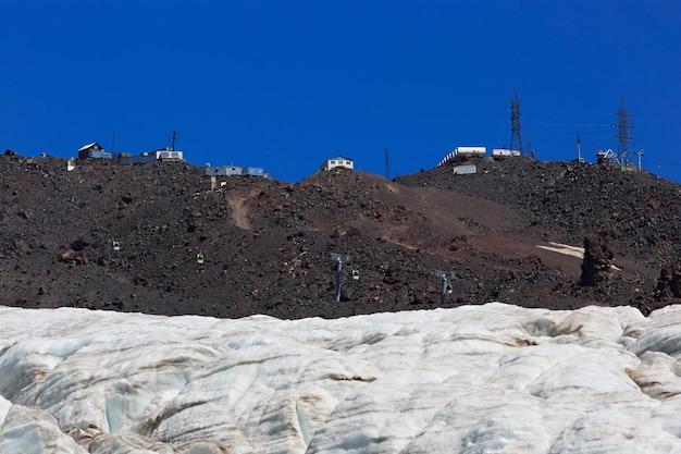 De bouw van het kabelbaanstation op de helling van elbrus in de noord-kaukasus.