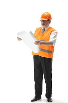 De bouwer in oranje helm op wit wordt geïsoleerd