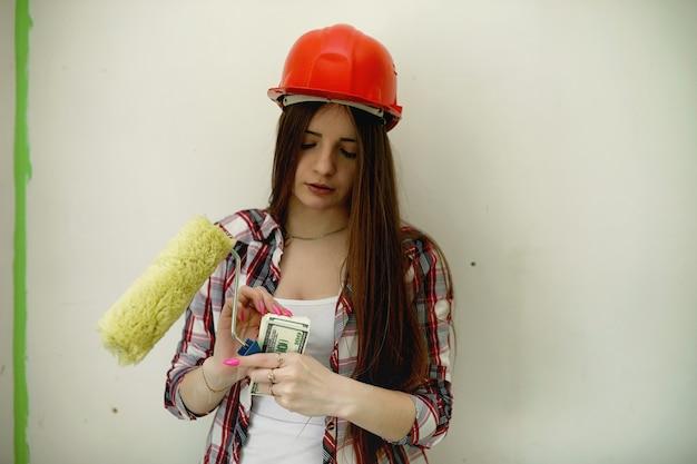 De bouwer maakt reparaties in appartement. afwerkingswerkzaamheden aan het pleisteren en schilderen van muren. meesters werken met verfboor en elektriciteit.