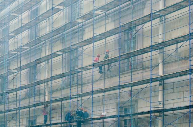 De bouwers op de steiger