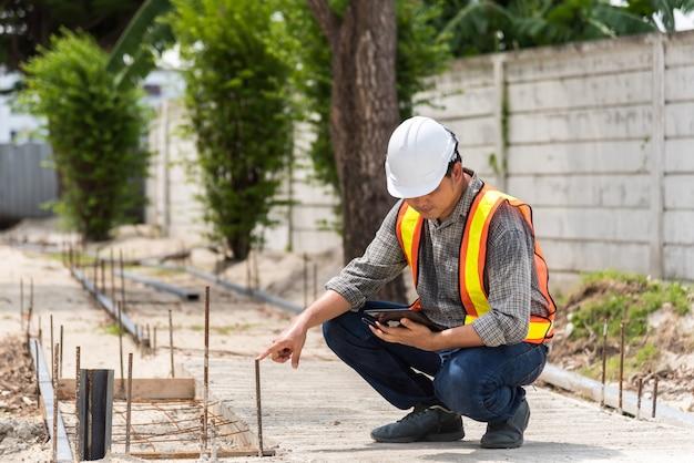 De bouwingenieur van de mens bij bouwwerf