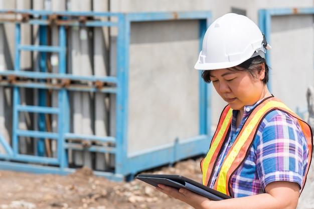 De bouwingenieur van de vrouw bij bouwwerf
