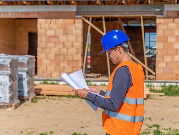 De bouwmanager inspecteert het project