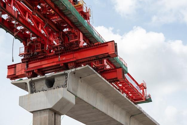 De bouwplaats van de rode lijn van de sky train van bangsue naar rangsit is een grote infrastructuur voor transport in bangkok, thailand.
