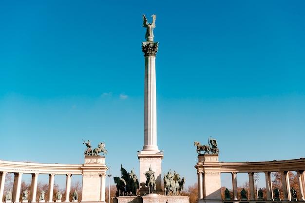 De bovenkant van de kolom toont aartsengel gabriël op het heldenplein. budapest, hongarije